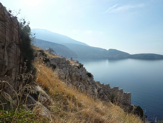 Steiri, Греция: Ακρόπολη του Μεδεώνος,τμήματα οχύρωσης κυκλώπειας τοιχοδομίας στον όρμο του Αγίου Σπυρίδωνα στα βόρεια παράλια του Κορινθιακού κόλπου.