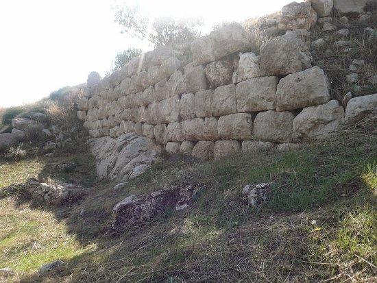 Steiri, Греция: Ακρόπολη του Μεδεώνος,τμήμα οχύρωσης κυκλώπειας τοιχοδομίας στον όρμο του Αγίου Σπυρίδωνα στα βόρεια παράλια του Κορινθιακού κόλπου.
