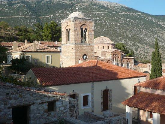 Steiri, Греция: Η Μονή Οσίου Λουκά , η Αγιά-Σοφιά της Ρούμελης είναι χτισμένη σε υψόμετρο 430 μ. στις δυτικές υπώρειες του Ελικώνα στο Στείρι Βοιωτίας. Αποτελεί ένα από τα σημαντικότερα μνημεία της μεσοβυζαντινής τέχνης και αρχιτεκτονικής και περιλαμβάνεται στην κατάλογο μνημείων παγκόσμιας κληρονομιάς της UNESCO!