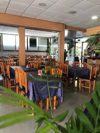 Interior espacioso con capacidad para acoger grupos.