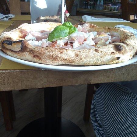 Dlugoleka, Polonia: Pizza tygodnia sos. Pom, mozzarella, szynka gotowana, pomidorki koktajlowe, ser ricotta