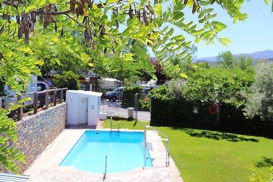 Beas de Granada, España: Piscina, solo temporada verano. 01/05 al 15/09