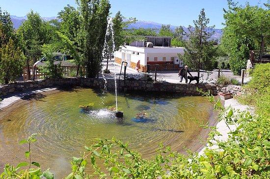 Beas de Granada, España: Estanque para riego, con fuente y vistas a Sierra Nevada.