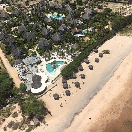 Kola Beach Resort: Beach, Gold 55 Bar & Restaurant and pool area