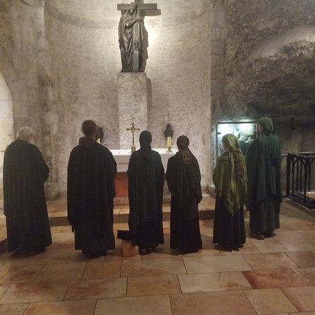 אזור ירושלים, ישראל: Orthodox pilgrims singing at the chapel of the cross 