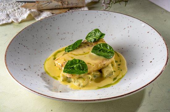 Pikeperch fillet with potato dumplings and bearn sauce
