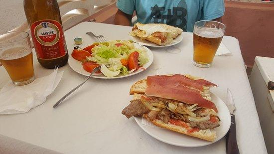Xeraco, إسبانيا: Los mejores bocadillos para el almuerzo. Los de esta foto son los del tamaño más pequeño.