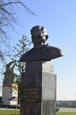 Pyetrykaw, Belarus: Обновлённый памятник Деду Талашу