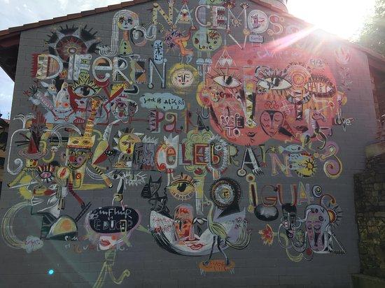 Grafitti en la fachada del Neyuri