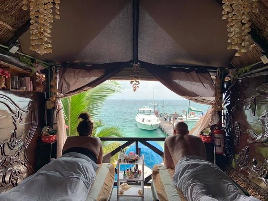 Hi I'm mimi I Ofer massage services in SPA MIRAMARislamujeres  I'm on the second floor in restaurant miramar is a couples massage. Since i only have two beds