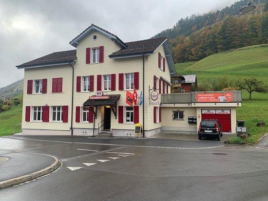 Das Restaurant & Pizzeria Eidgenossen, befindet sich an der Freibergstrasse 36, CH- 8762 Schwanden in Glarus Süd
