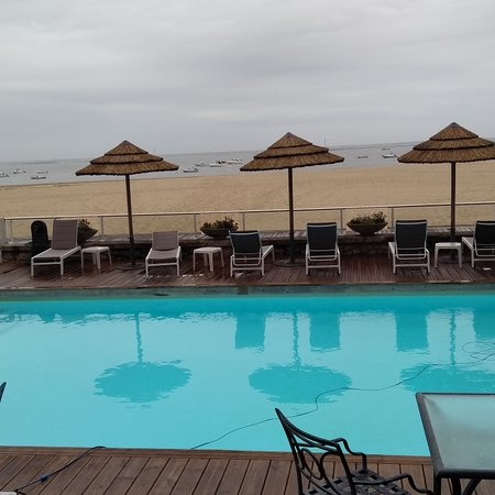 Salon de l'hôtel et piscine avec accès à la plage.
