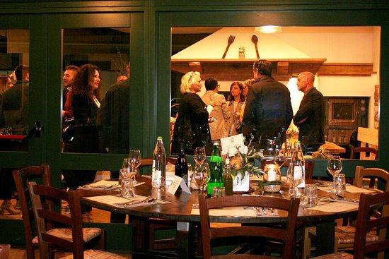 Montecchio, Taliansko: È tutto pronto, gli ospiti socializzano davanti al camino, il profumo di olio nuovo si diffonde dal frantoio alla sala degustazione. La cena dello chef Daniele Guidantoni sta per iniziare. I Giorni dell'Olio Nuovo 2019.
