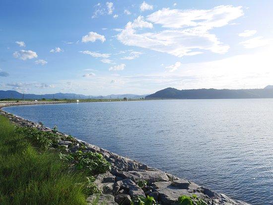 太陽光が湖面の静かさを強調します