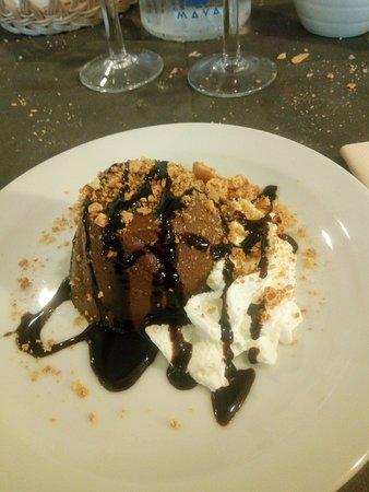 Cremolino, Italië: Classico Bunet piemontese che esalta ovviamente il gusto della nocciola, accompagnato da una velata di panna con cioccolata fusa.