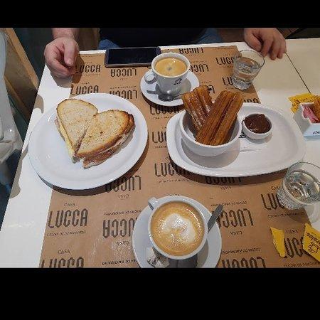 Café con tostado de campo y churros con dulce. Todo impecable. Recién hecho. Excelente calidad a muy buen precio.