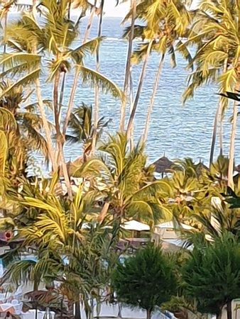 Nanning, China: Voilà  Zanzibar il fait beau et  chaud. C'est dommage que la baignade est difficile  avec tous ses vendeurs  super lourd et super collant la seul manière  de s'en tiré  c'est de les ignorer .sinon vous allez  éviter  la plage .