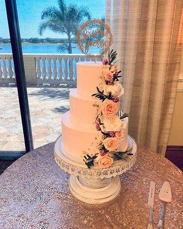 classic wedding cake at Heritage Bay CC