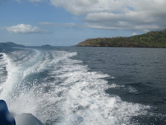M'Tsangamouji, Mayotte: Le puissant moteur nous permet d'atteindre rapidement la barrière extérieure ou des spots du côté de Acoua ou M'tsanboro