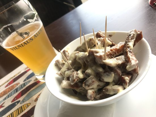 Aukstadvaris, ลิทัวเนีย: Kepta duona (friend black bread) with garlic cheese sauce and a local beer