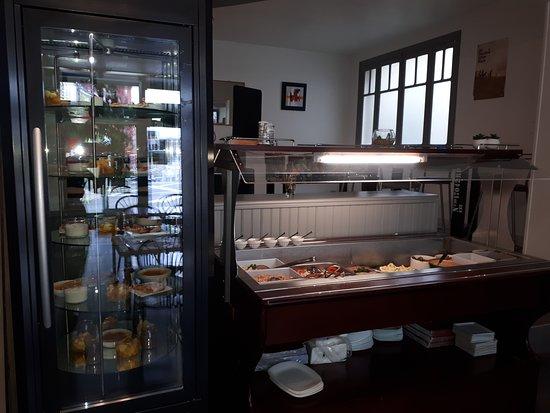 Mauges-sur-Loire, Франция: photo de notre buffet d'entrées et vitrine des desserts.