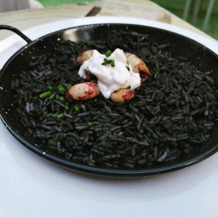 Arroz negro de chipirones con alioli de pera