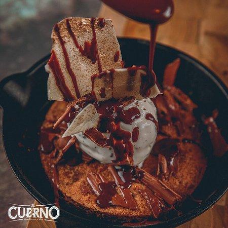 Nuestros postres son el cierre perfecto de cada una de tus comidas👌🍪 pide la galleta horneada al tiesto, con helado de stracciatella y ganache de chocolate 🍫