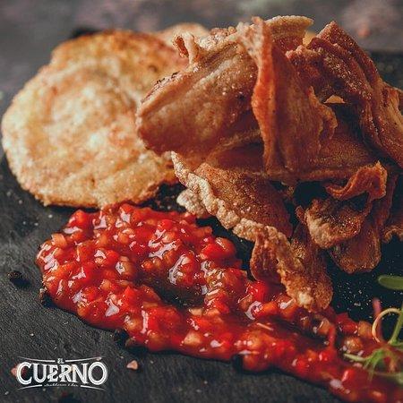 Nuestra entrada de ceviche de chicharrón es la combinación perfecta entre lo crujiente de la panceta y el plátano guineo con el intenso sabor del ceviche catagenero ¡te va a encantar! 🙌🏻🤤 - Te esperamos en la calle 47 #28-21, al lado del hotel Dann Carlton. - 🥩 #ElCuerno #SteakHouse #Bar #Carne #Angus #Bucaramanga #Gourmet #Carne #Dulces #postres #menu