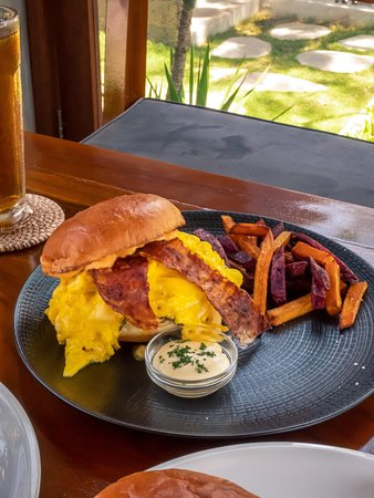 EGG MANY BURGER (VEGETARIAN) with patty (milk, mozzarella, egg), pickle, siracha mayo, tomato, lettuce, aiooli, fried orange and purple sweet potato