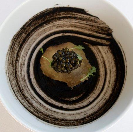 BERENJENA a la brasa, anchoa, caviar y jugo de legumbres