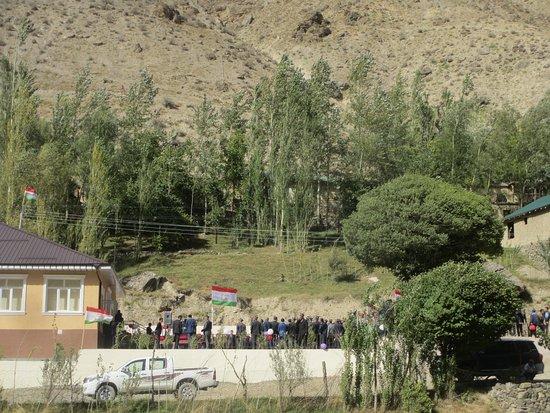 Marguzor, ทาจิกิสถาน: полчаса ждали перед въездом в кишлак, где открывали новую школу.