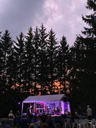 """Morrisburg, Kanada: a gorgeous sunset concert as part of our """"Concerts at the Winery Series spring/summer/fall/Christmas 2019.   tickets and info at www.harmonyconcerts.ca"""