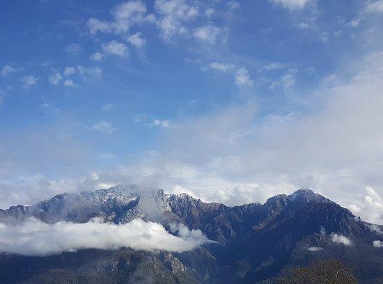 """Civenna, Italië: Da sinistra a destra: """"Attraversata Alta"""" con la prima spruzzata di neve, dalla Grigna Settentrionale mt 2.410 alla cima della Grigna Meridionale o Grignetta mt 2.177 (Escursione abbastanza impegnativa). Foto scattata dal rifugio Rifugio Anna Maria il 5 Novembre 2019."""