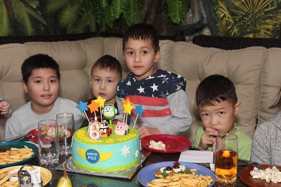 Детский парк «Динозаврия» - лучшее место для проведения детского праздника и дня рождения. Вашему ребенку и его друзьям надолго запомнится веселое приключение в этом удивительном месте!!!