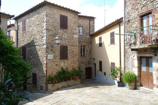 Montemerano, إيطاليا: Scorci dello splendido borgo di Montemerano
