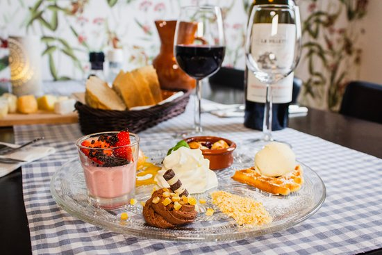 Restaurant LaSalle : Why choose just one dessert? Our selection offers you a taste of them all!