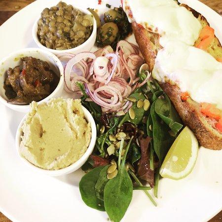 Skillinge, Suecia: Bruschetta med ugnsbakade grönsaker med olika hummus & bönröror...