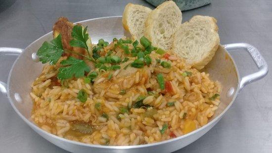 Nao-Me-Toque: Galinhada (galinha, arroz e especiarias, cozido, lentamente em um saboroso caldo, tornando assim um delicioso, arroz de galinha)