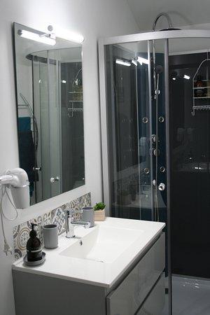 Thelus, Francia: salle de bains : à disposition sèche cheveux et cosmétiques