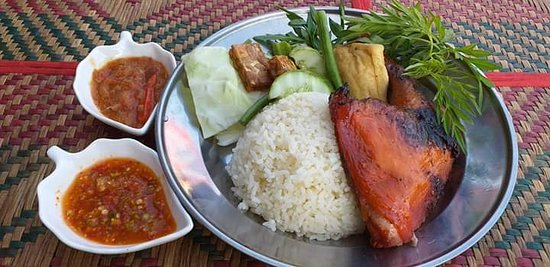 Mukah, ماليزيا: Nasi Ayam Penyet Tempayan