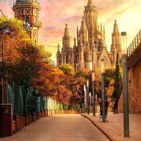 Spanje: The street of Barcelona with the iconic background 😍 Have you been? . IG 📷:@dariovero_ . FOLLOW👉@mustdotravels FOLLOW👉@mustdotravels FOLLOW👉@mustdotravels .  ____________________________________ 🔛TURN POST NOTIFICATIONS ON .