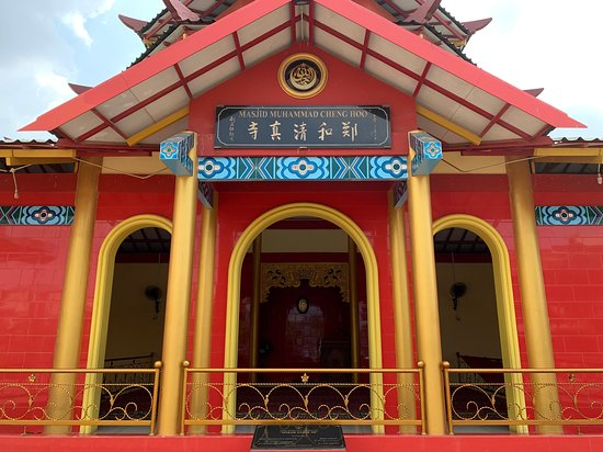 We are surprised to find a Mosque named after Admiral Zheng He (Cheng Hoo), in the heart of Batam City, Indonesia. In respect to his Chinese lineage, the mosque architecture is in Chinese Style.