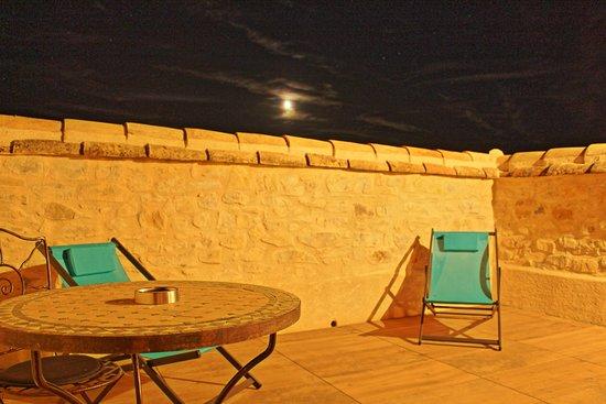 Saint-Jean-de-Crieulon, France: terrasse au clair de lune