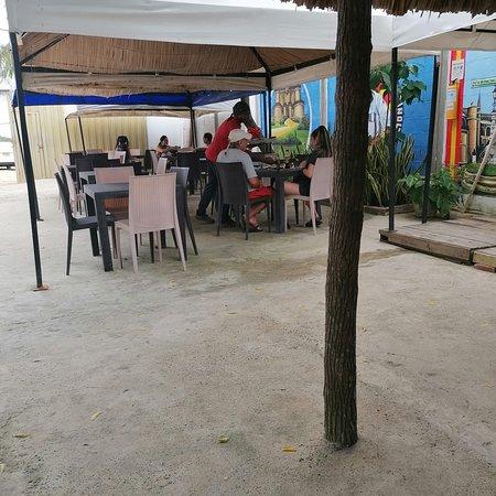 Punta Canoas, Колумбия: Local típico de comida colombiana costeña, incluye en su menú platos de la cocina española clásica, como la paella y el fideua. Sitio agradable y muy bien atendido. Además de ser la única, es una muy buena opción.