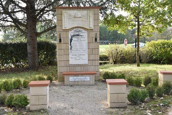 Cayrac, France: pour ma collection de photos MONUMENTS aux morts sur le blog de la DREB . Drôle de commune imbriquée dans REALVILLE  (http://dreb.eklablog.com/monuments-aux-morts-du-82-sommaire-p1672122)