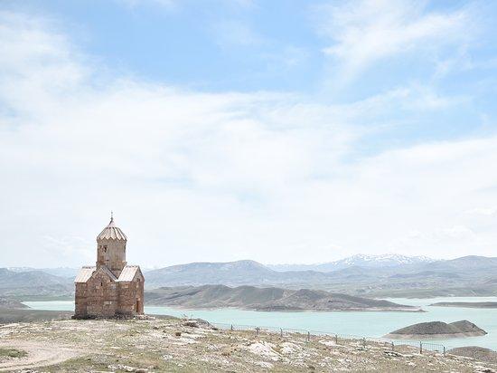 Maku, Irã: ゾルゾルの聖マリア礼拝堂。湖の淵に佇む姿が美しい。