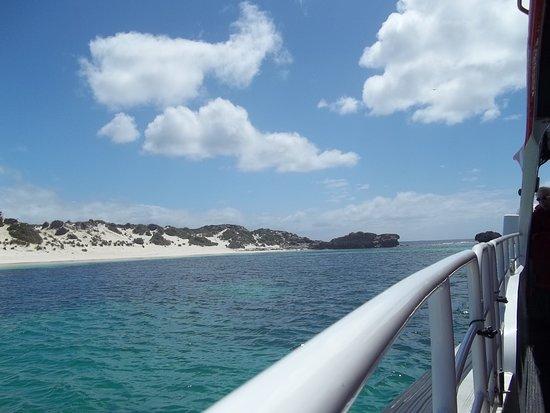 جنوب المحيط الهادئ: Mar azul, céu azul. Dia maravilhoso para o passeio de barco em velocidade de aventura dentro do oceano e ver baleia saltando, é uma recordação inequecível.