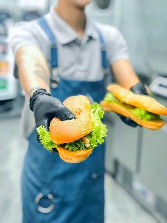 """Корисний та здоровий сендвіч 🥪 — це збалансоване переплетіння ноток хрусткої булочки з кунжутом, найсоковитішого філе оселедц🐟""""Матьє"""" та найсвіжіших овочів!"""