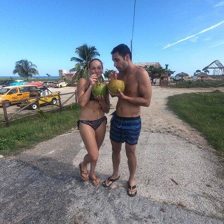 Nuestros clientes disfrutando de un rico coco después del snorkeling.