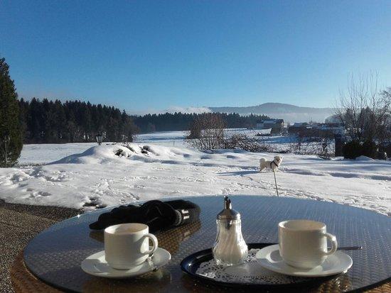Maierhofen, Nemecko: Südterrasse im Winter stets geöffnet für Winterwanderer, Langläufer und Sonnenhungrige